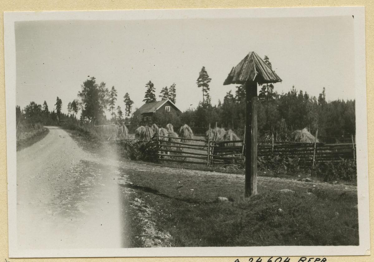 Vägvisare på Stockholmsvägen mellan Hultfred och Vimmerby i Sevede vägdistrikt. Denna typ - med tak - har varit vanlig i Sevede och Aspeland.