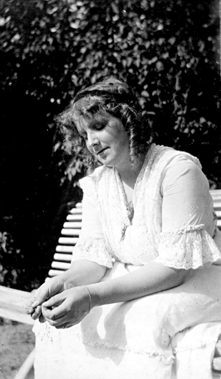 Bildtext: Anne-Beate 1916.
