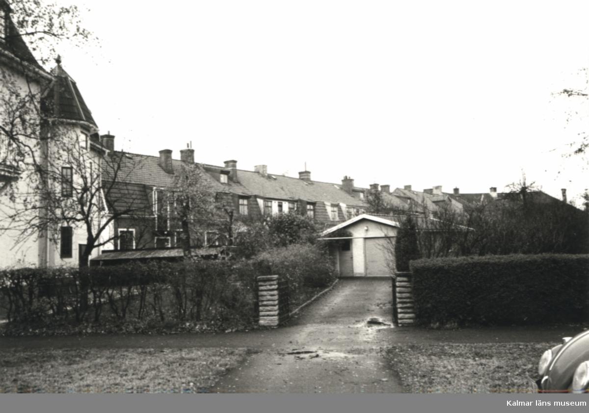 Det inre av kvarteret Grönsiskan, husen mot Lorensbergsgatan, sett från Ryttaregatan.