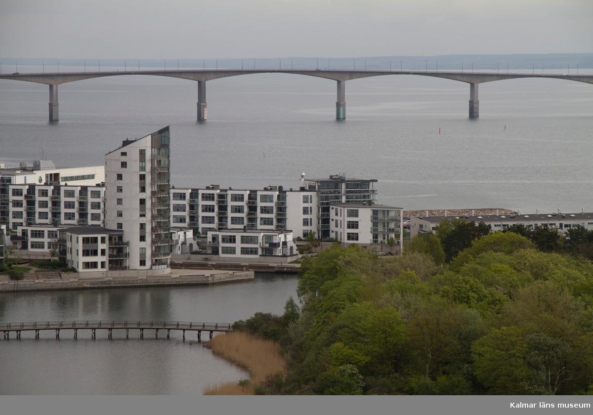 Stadsdelen Varvsholmen med bron över till Laboratorieholmen. Ölandsbron i fonden.  Under fasadrenoveringen av delar av Ångkvarnen 2014 fick Kalmar läns museums fotograf möjlighet att ta foton från byggnadsställningarna runt tornet. Så här såg centrala Kalmar ut från 60 meters höjd den 14 maj 2014.