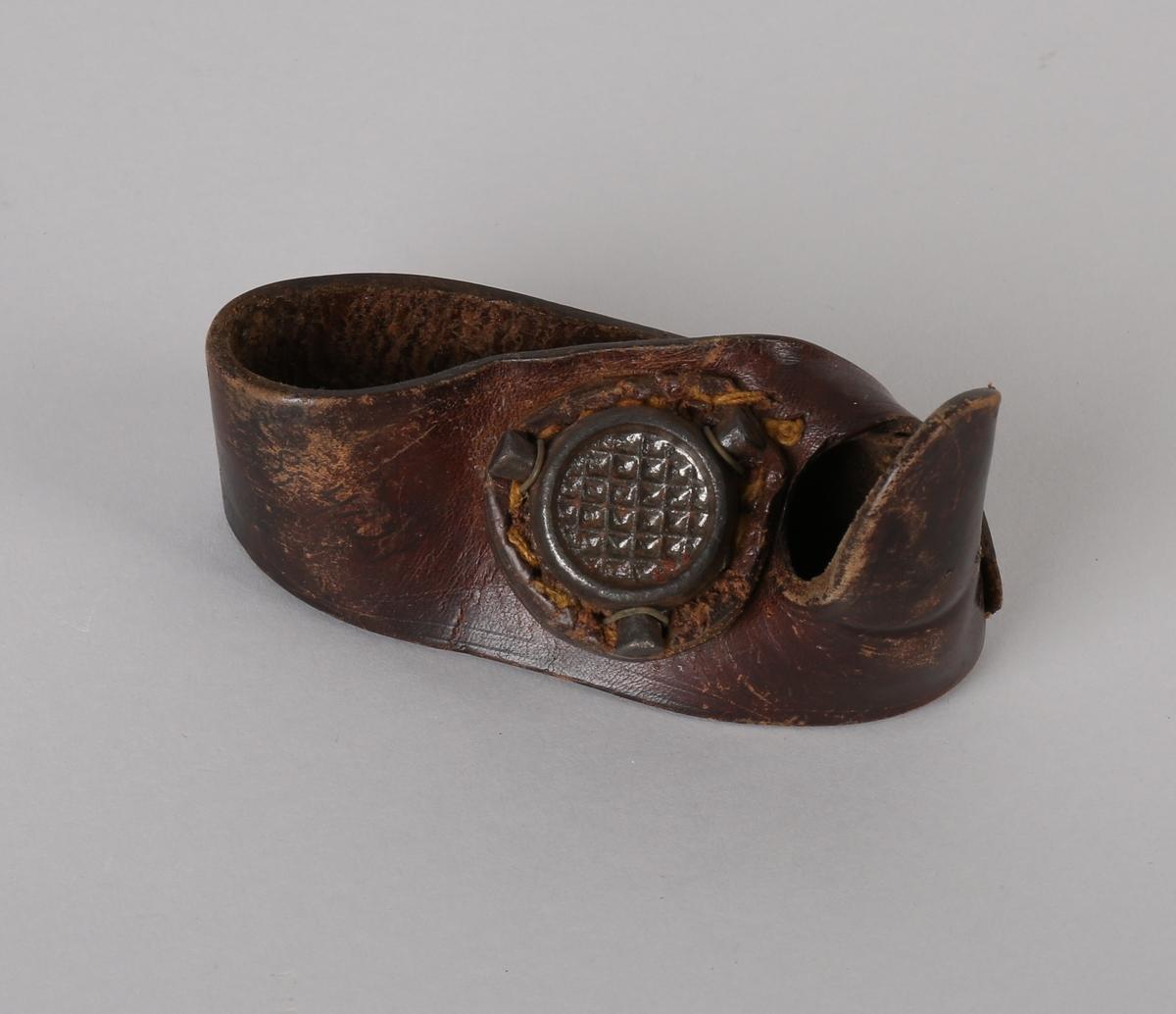 Likhanske: Seilmakerhanske i skinn med jernpute til å skyve nålen inn i læret eller seilduken.