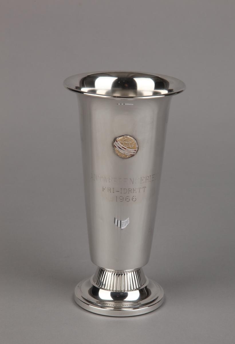 Sølvpokal fra Antwerpenserien i friidrett 1966, på sokkel.