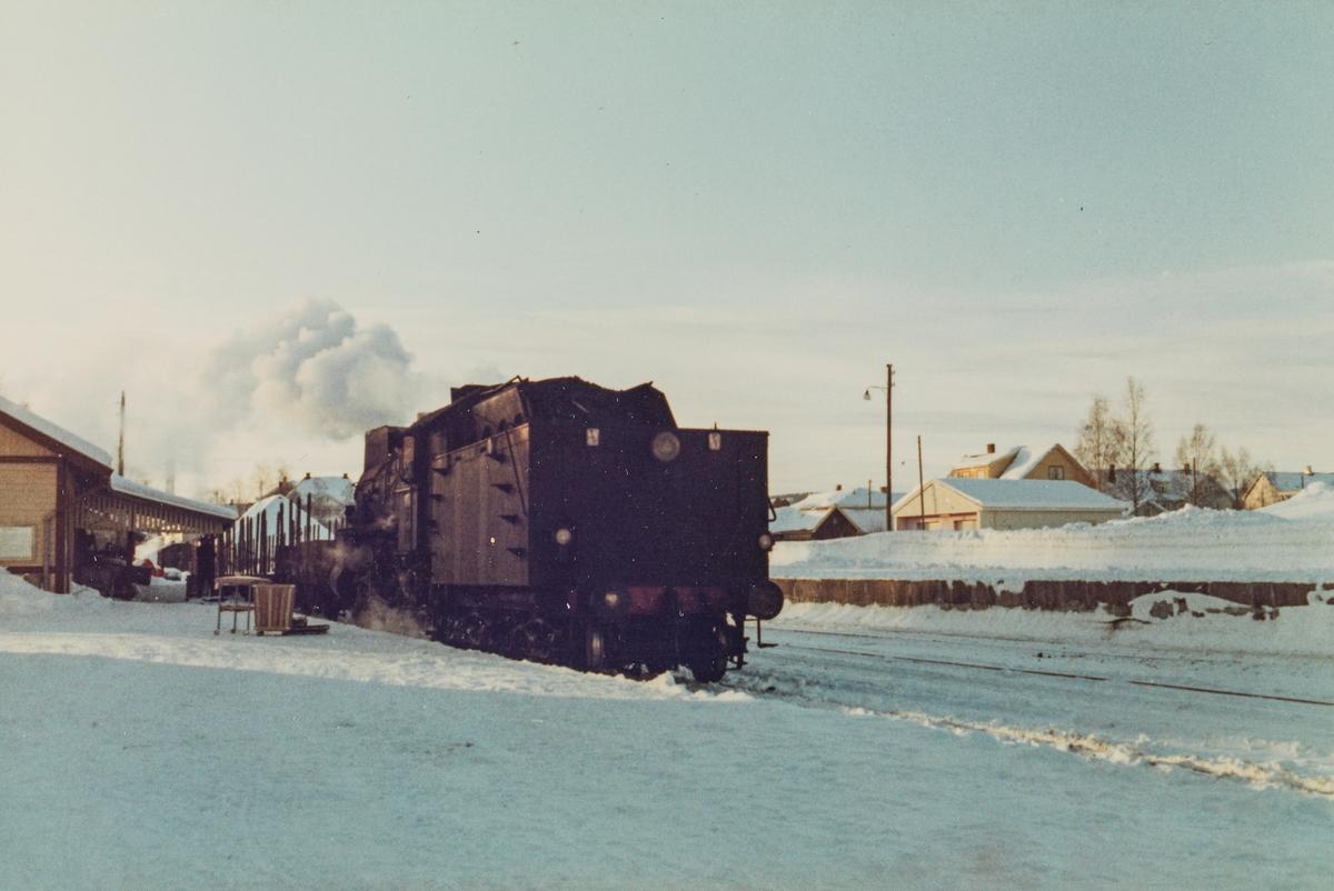 Godstog til Skreia på Lena stasjon, trukket av damplokomotive type 31b 451.