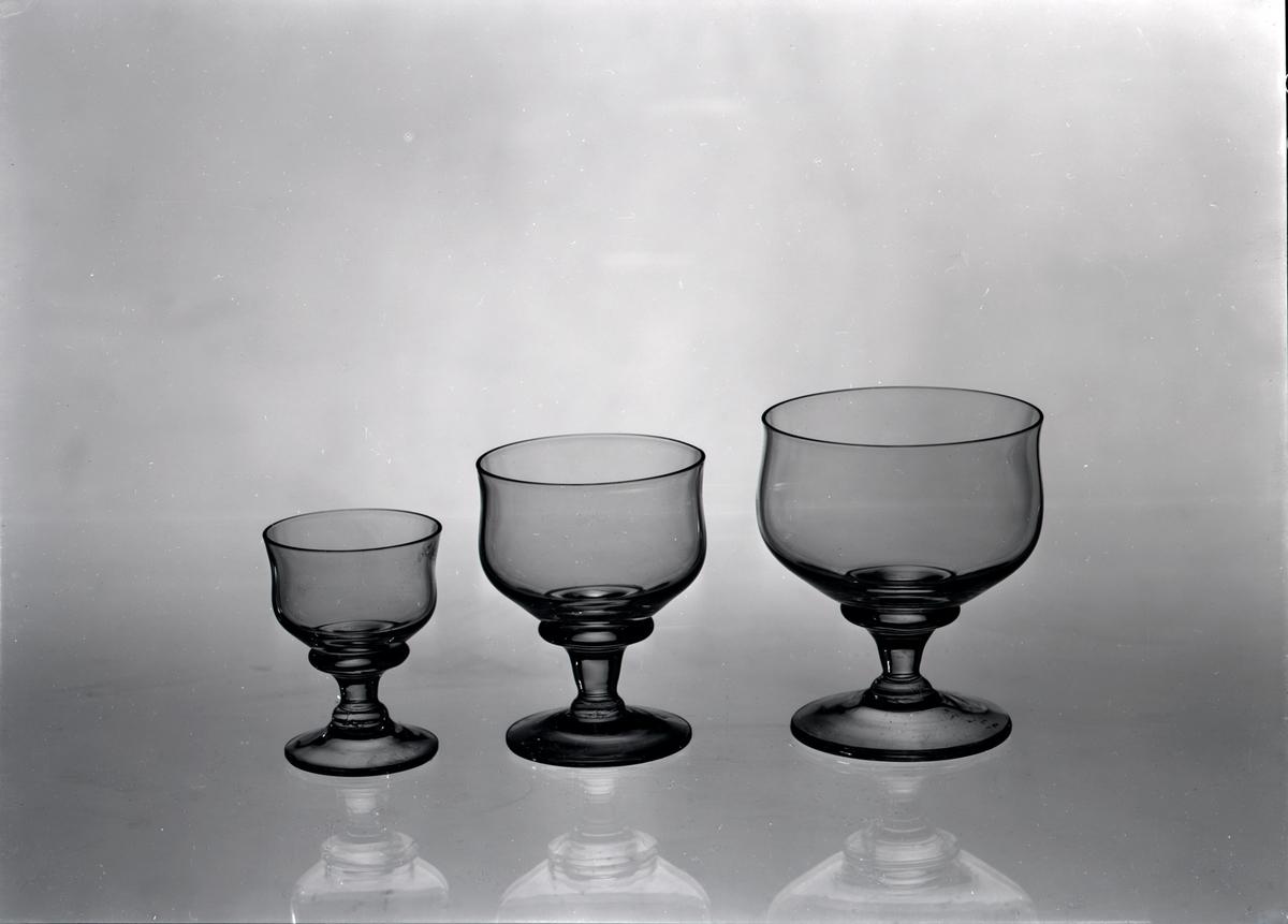 Ett likörglas, portvinsglas och madeiraglas ifrån Skrufs Glasbruk AB.