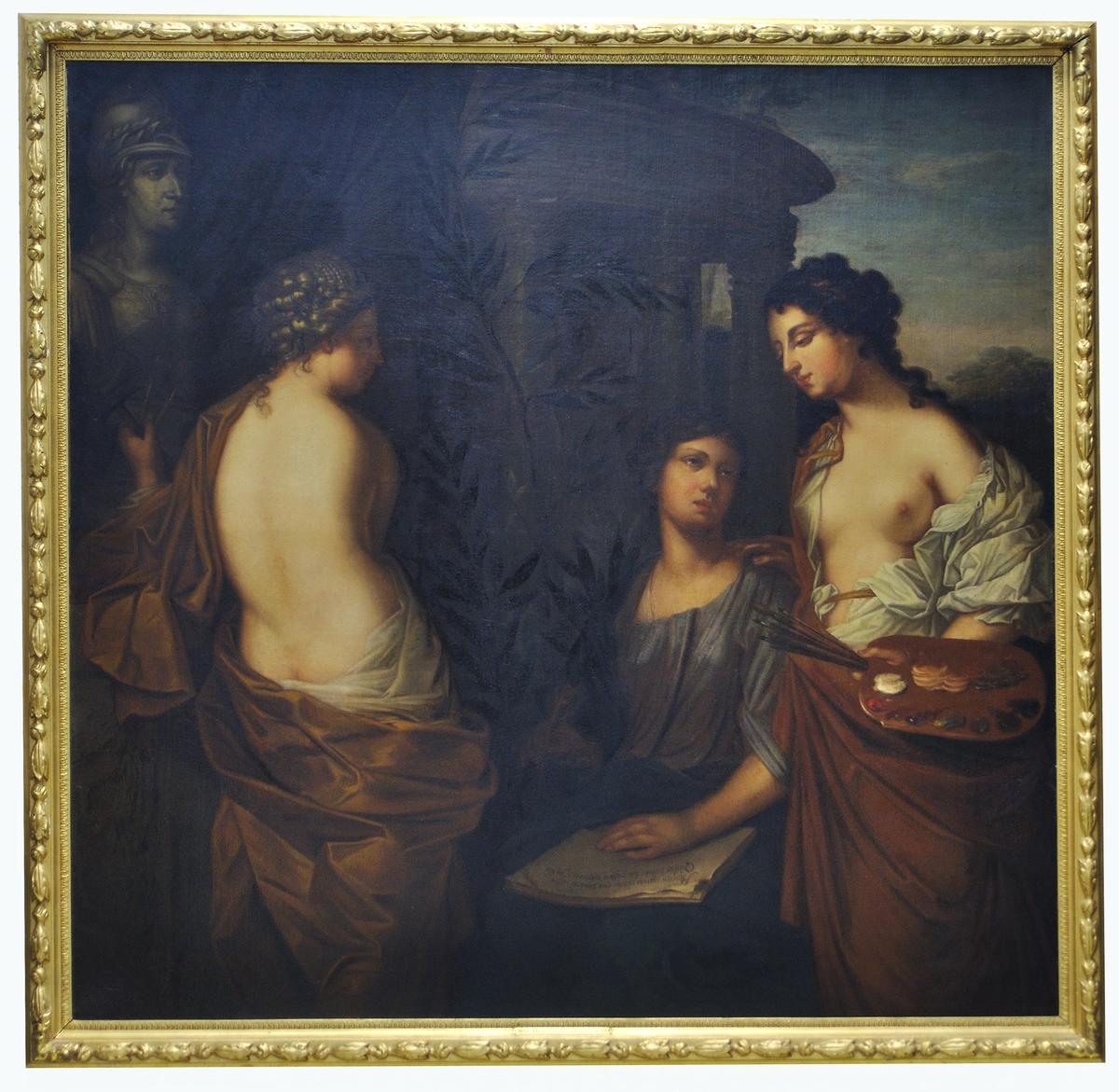 Nedanför drottning Kristinas byst, här i symbolisk dräkt som krigskonstens gudinna Minerva (romersk) eller Athena (grekisk), sitter tre kvinnliga figurer vilka symboliserar tre av De sköna konsterna; Skulptur, Poesi och Måleri. Traditionellt brukar även Arkitektur och Musik räknas till De sköna konsterna. Minerva var visdomens och den strategiska krigskonstens gudinna. Hon framställdes med krigiska, manliga attribut som hjälm, lans och sköld, men även som beskyddare av konster och vetenskap.