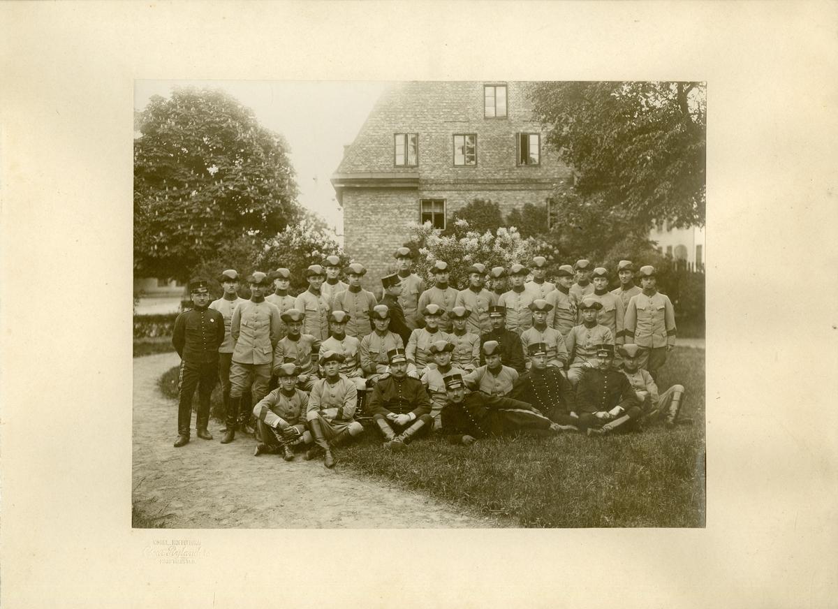Officerare och soldater, troligen från Wendes artilleriregemente A 3 på gräsmattan utanför Norra Kasern, Kristianstad.
