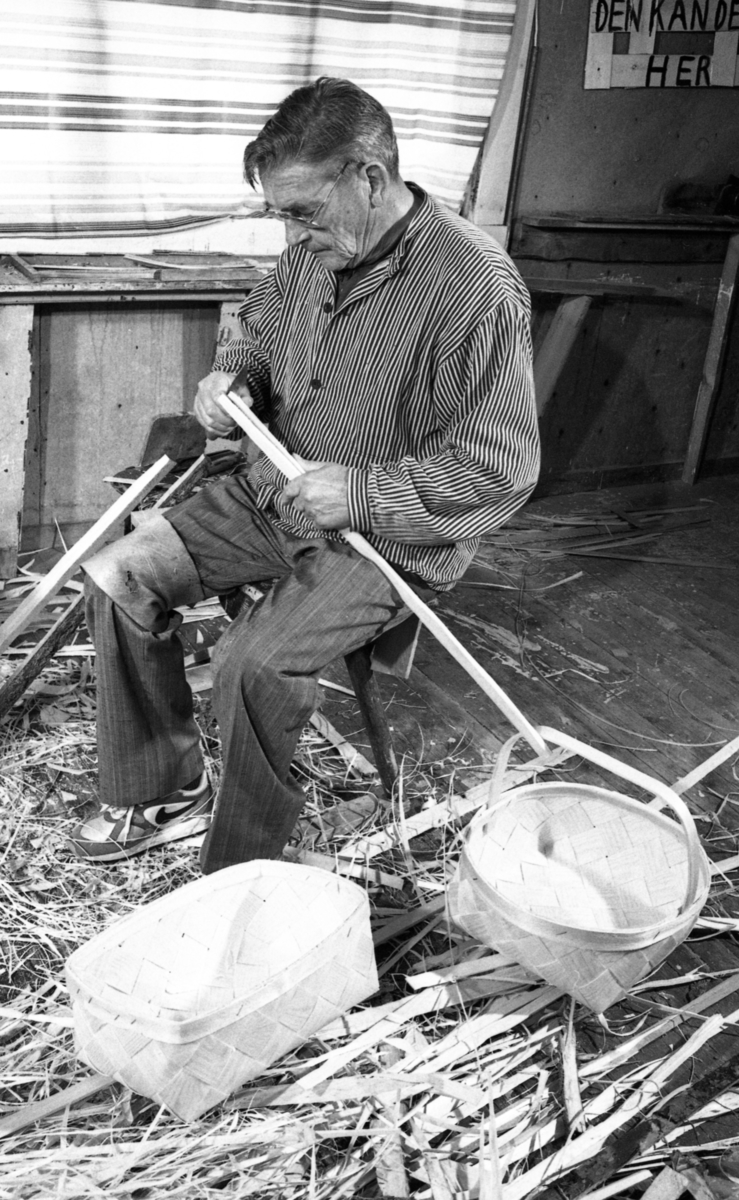 Einar Nilsen lager kurvhank ved Nilsens kurvfabrikk