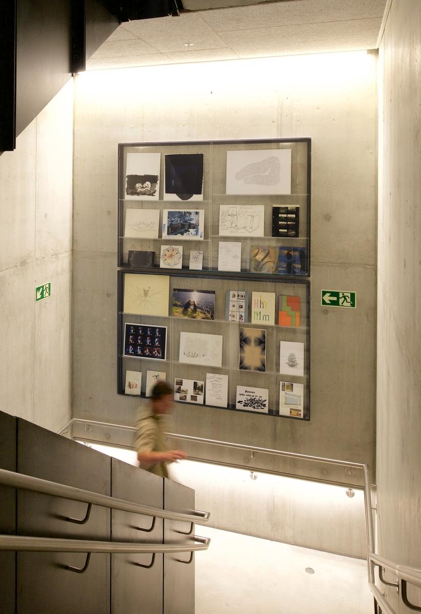 Samlingen Ephemerality – A Permanent Collection, som presenteres på syv trappeavsatser i fakultetets nybygg i Møllendalsveien 61, er satt sammen av forarbeider, skisser og idéutkast fra nærmere 200 tidligere studenter ved kunst- og designfagene ved institusjonene som i dag utgjør kunst- og designfagene ved UiBs Fakultet for kunst, musikk og design. Flere kunstprosjekter skal gjennomføres mellom 2018 og 2020. Disse prosjektene skal være involverende, stimulerende og skape aktiv dialog mellom fakultetet, det øvrige kunstfeltet i Bergen og Bergens befolkning. Prosjektene vil utvikles i nær dialog med skolens ansatte og studenter.
