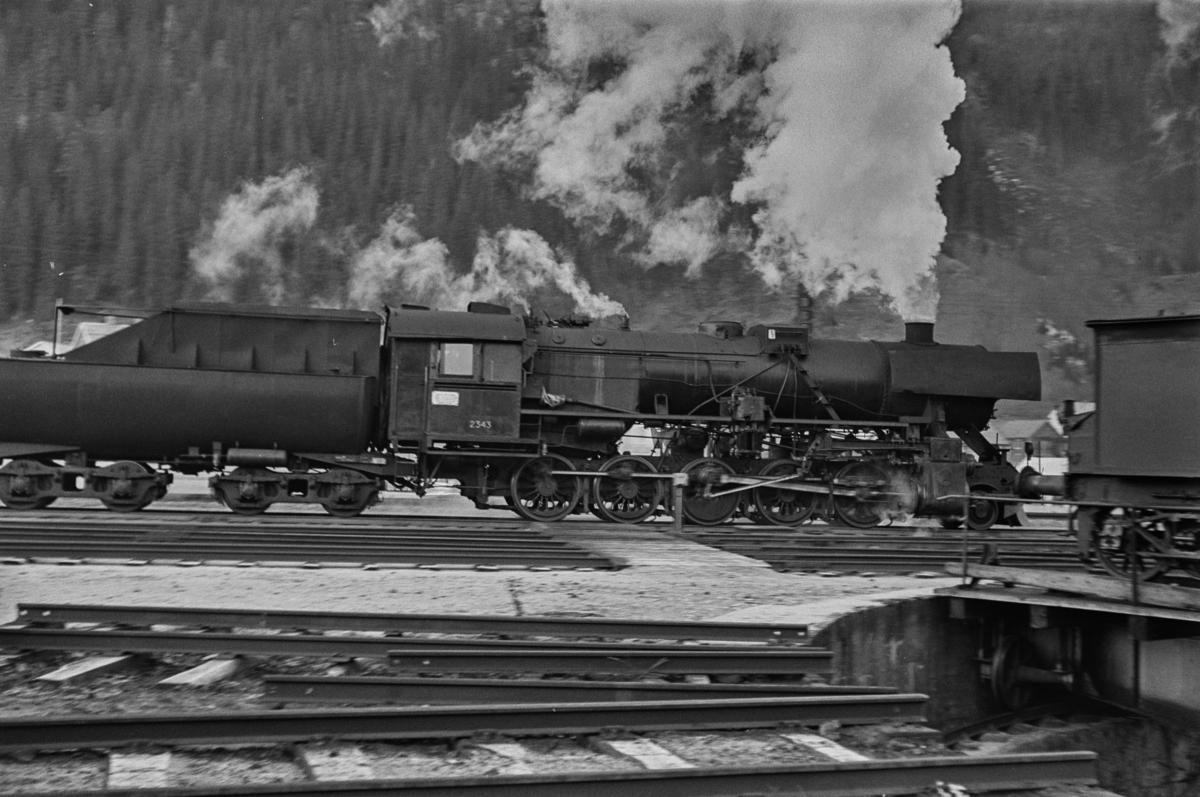 Damplokomotiv type 63a nr. 2343 ved svingskiven på Støren stasjon.
