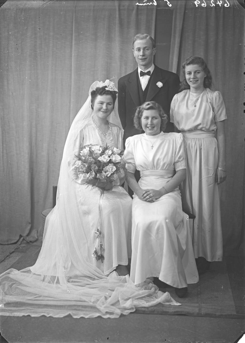 Portrett. Brudegruppe på fire. Brudeparet og to brudepiker. Bestillt av Hans Sæbøe. Kamsundsgt. 165
