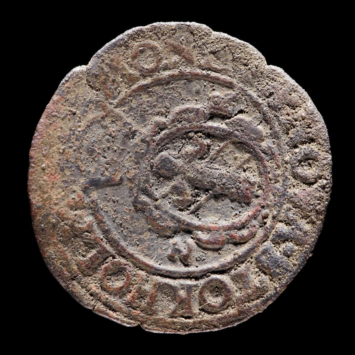 Två öre, Johan III, år 1573. Åtsida med lilla riksvapnet, krönt. Frånsida med krönt Vasavapen. Myntet är böjt och har nagg i kanterna.