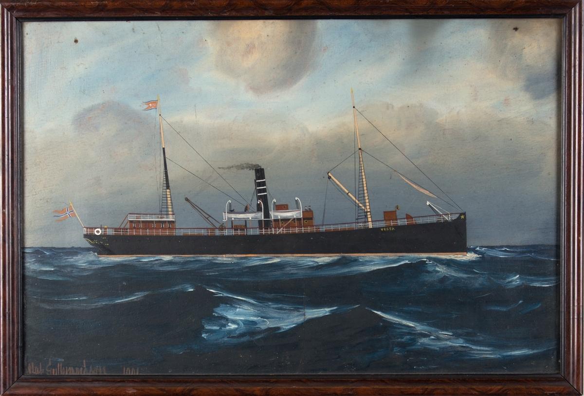 Skipsportrett av DS VESTA under fart på åpnet hav. Fører BDS flagg i bakre mast samt splittflagg akter.