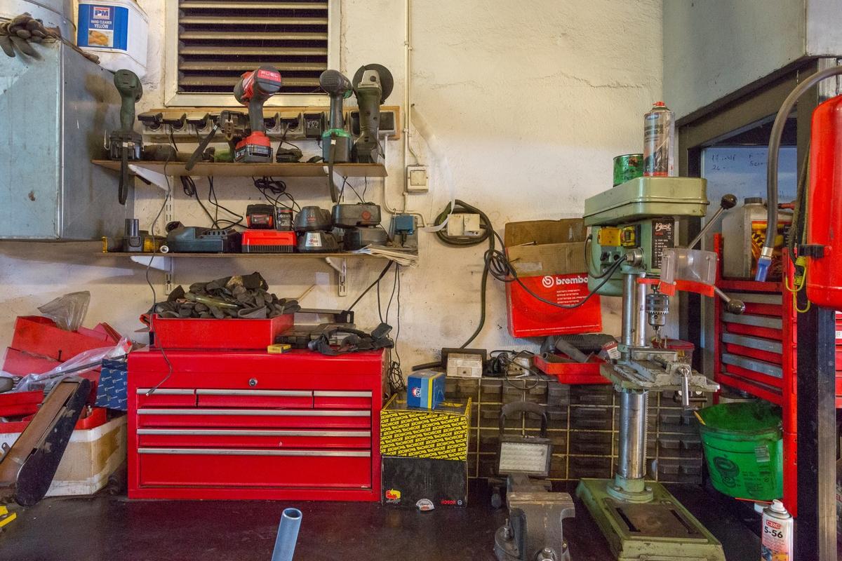 Statoil Hemnes. Verksted interiør med verktøy og utstyr.