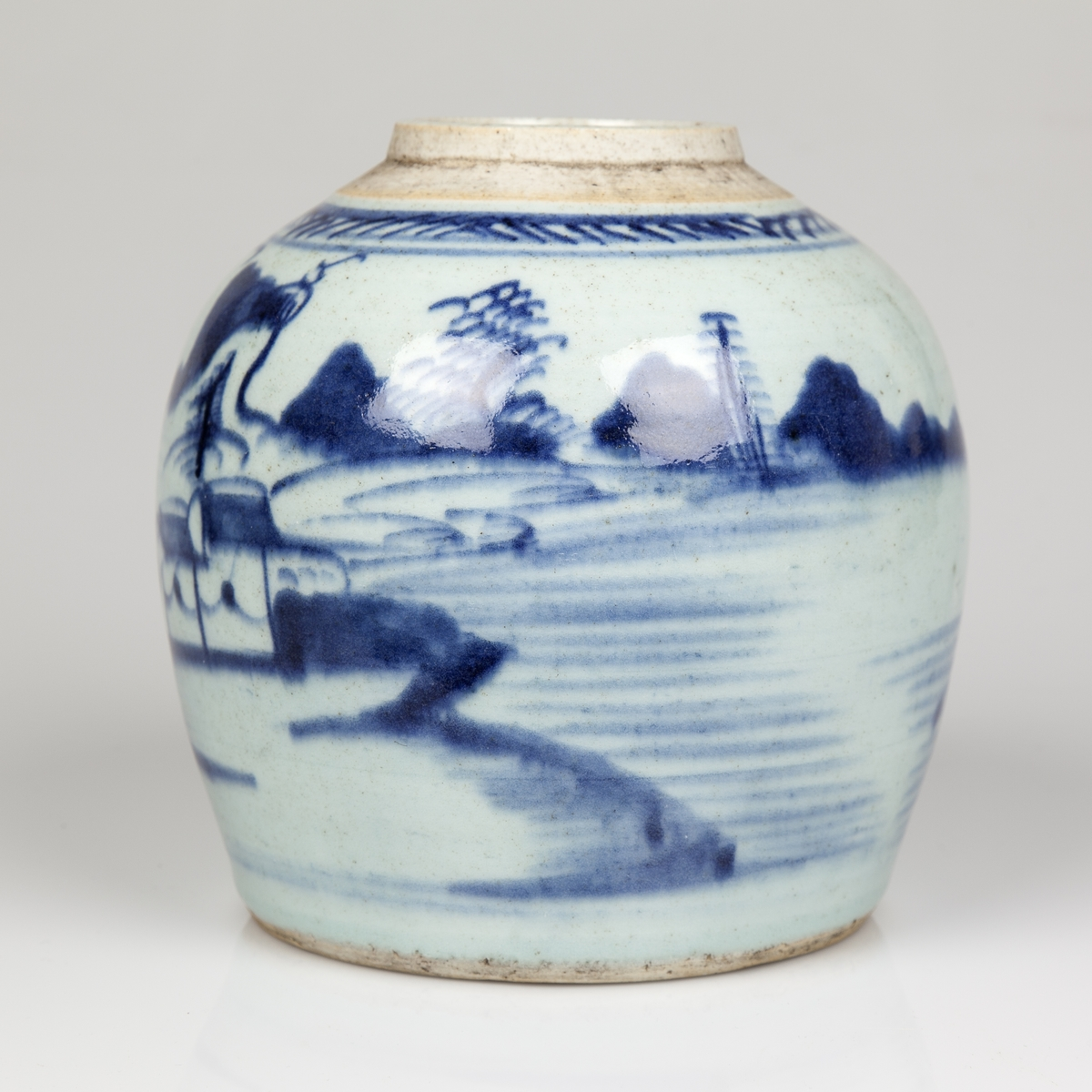Tykkmaget rund krukke med påmalt kinesisk landskap.