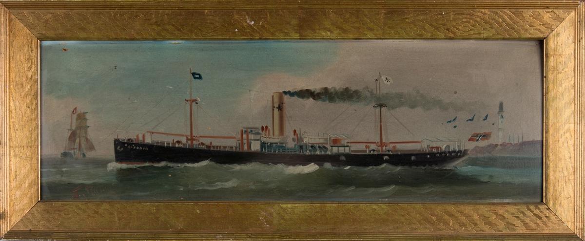 Skipsportrett av DS ALADDIN under fart. En seilskute sees foran baugen, samt fyrtårn på land akten for skipet. Skipet fører norsk flagg  og kompanimerket til Chr. Michelsen & Co. i skorstein og vimpel.