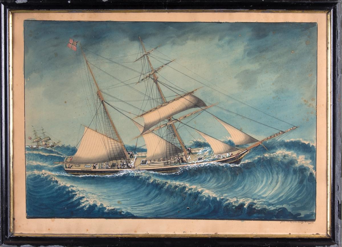 Skipsportrett av ukjent skonnert med delvis revet seil på opprørt hav. Ser en del av mannskapet i arbeid på dekk. Fører norsk handelsflagg med svensk-norsk unionsmerke samt et annet seilskip i venstre side av motiv.