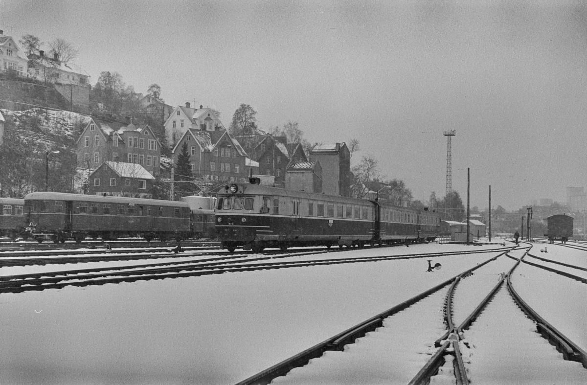 Dieselmotorvognsett type 88, nærmest BFmdo 88.13, bakerst 88.10, på Marienborg. Togsettet står klart for sin siste tur til Oslo Ø over Rørosbanen.