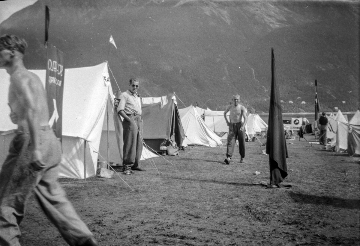 AUF-leir. Telt, teltleir. Ukente personer. Ukjent sted