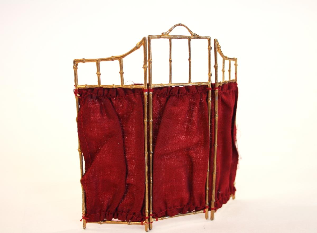 Skjermbrett med forgylt bambusetterliknende stativ, tredelt med rødt stoff.