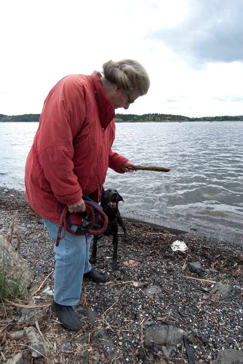Hunden Chico på tur leker pinne sammen med sin eier.
