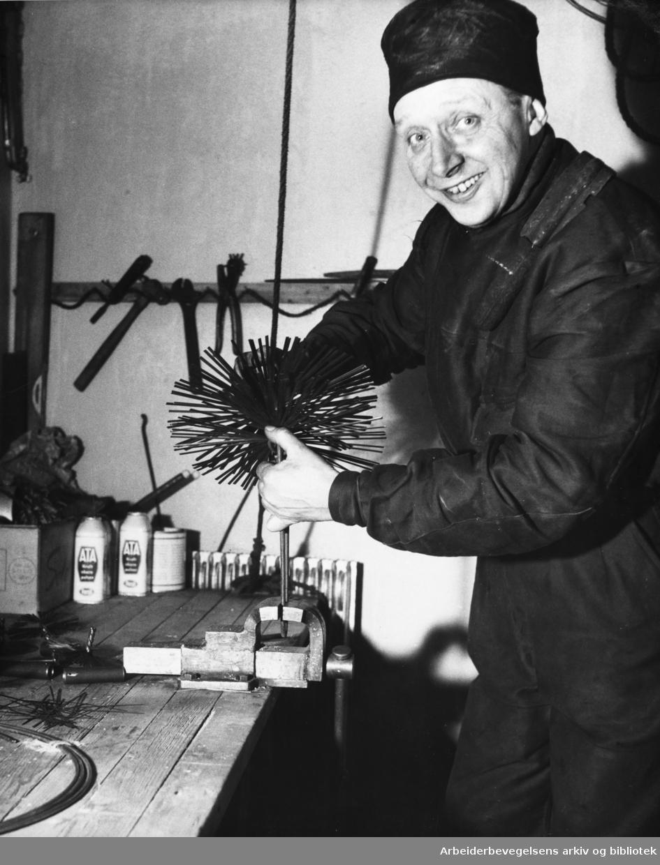 Formann i Feiersvennenes Forening, Birger Hansen, monterer kreisen av fjærstål i april 1955.