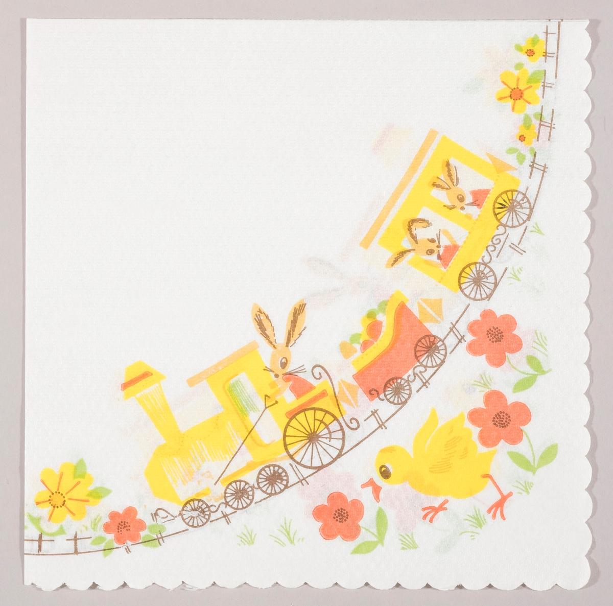 Et tog med lokomotiv og to vogner. Tre påskeharer er på toget og i en av vognene er det påskeegg. En kylling løper blant gule og røde blomster.