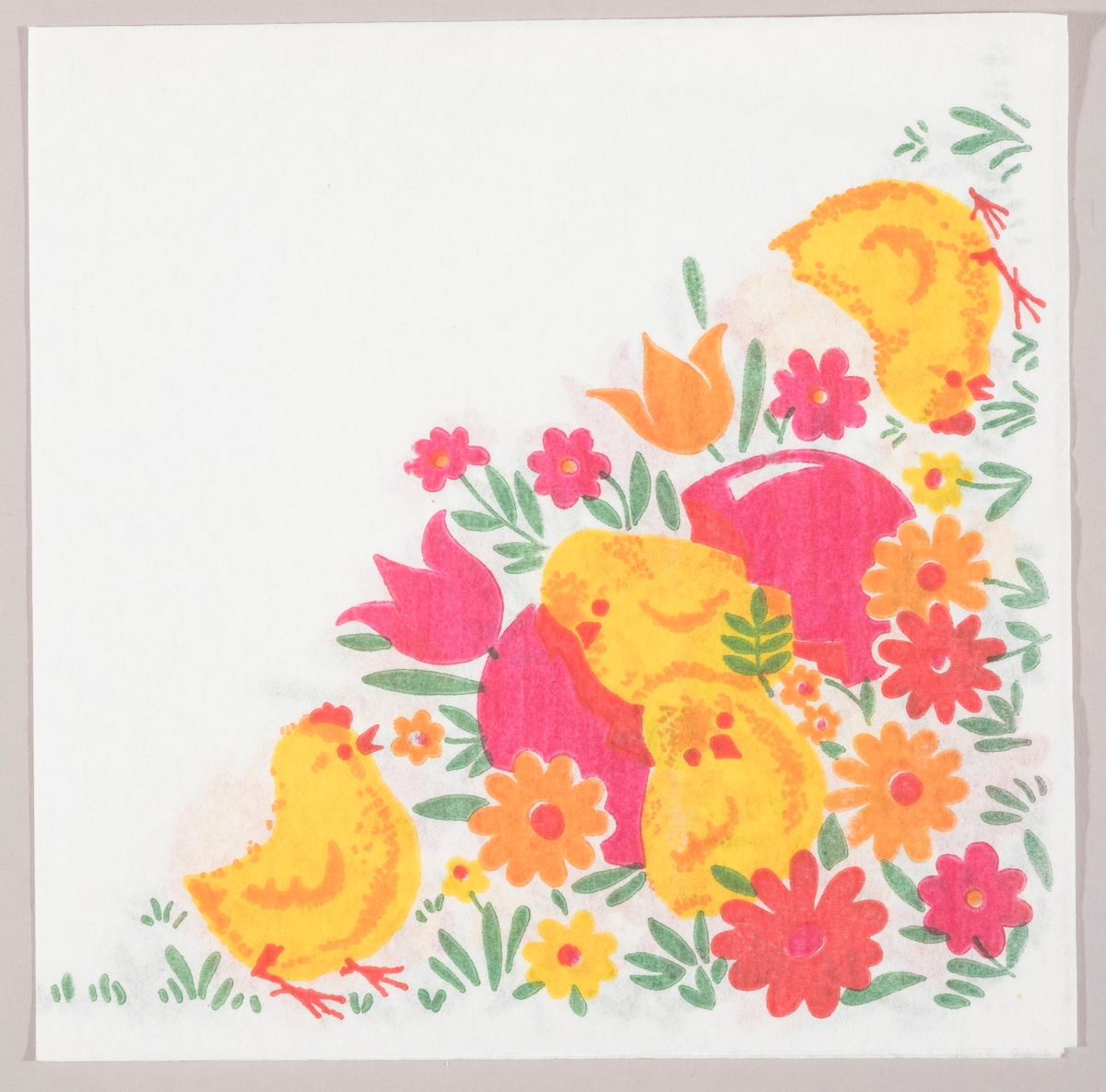Fire påskekyllinger og skallen av et rosa påskeegg i en eng med røde, rosa, gule og oransje blomster.