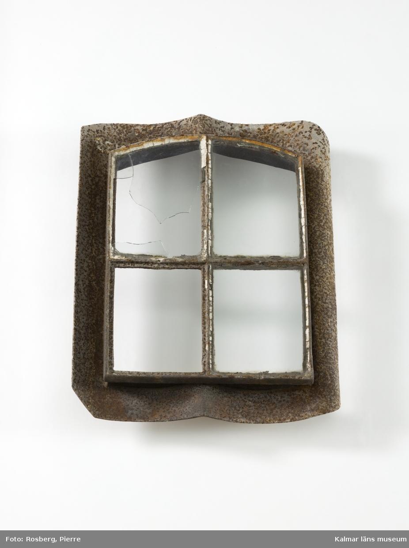 KLM 28166:3. Fönster, takfönster. Av järn och glas. Takfönster med takpanneformad gjutjärnsram och fyra fönsterrutor av ofärgat glas. Två rutor är hela, en är sprucken och en saknas.