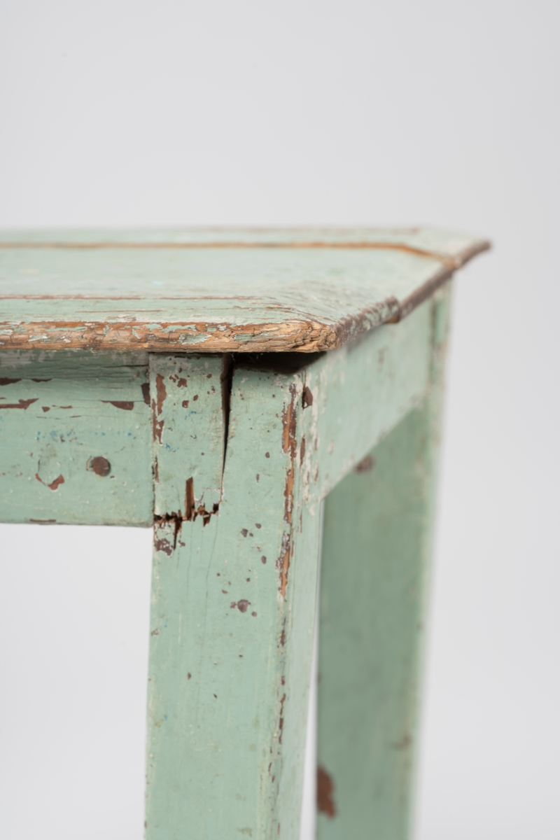 Rektangulær bordflate sammensatt av tre bordplater. Avfasede kanter. Usikkert om hjørnenes avrunding er originale, eller om det skyldes senere slitasje. Sargen er tappet inn i bordbena, samt festet med jernspiker. Bordplata er festet i sargen med treklosser på undersida. Ben har firkantet tverrsnitt og smalner nedover. Uleselige skriblerier på undersida av bordplata.