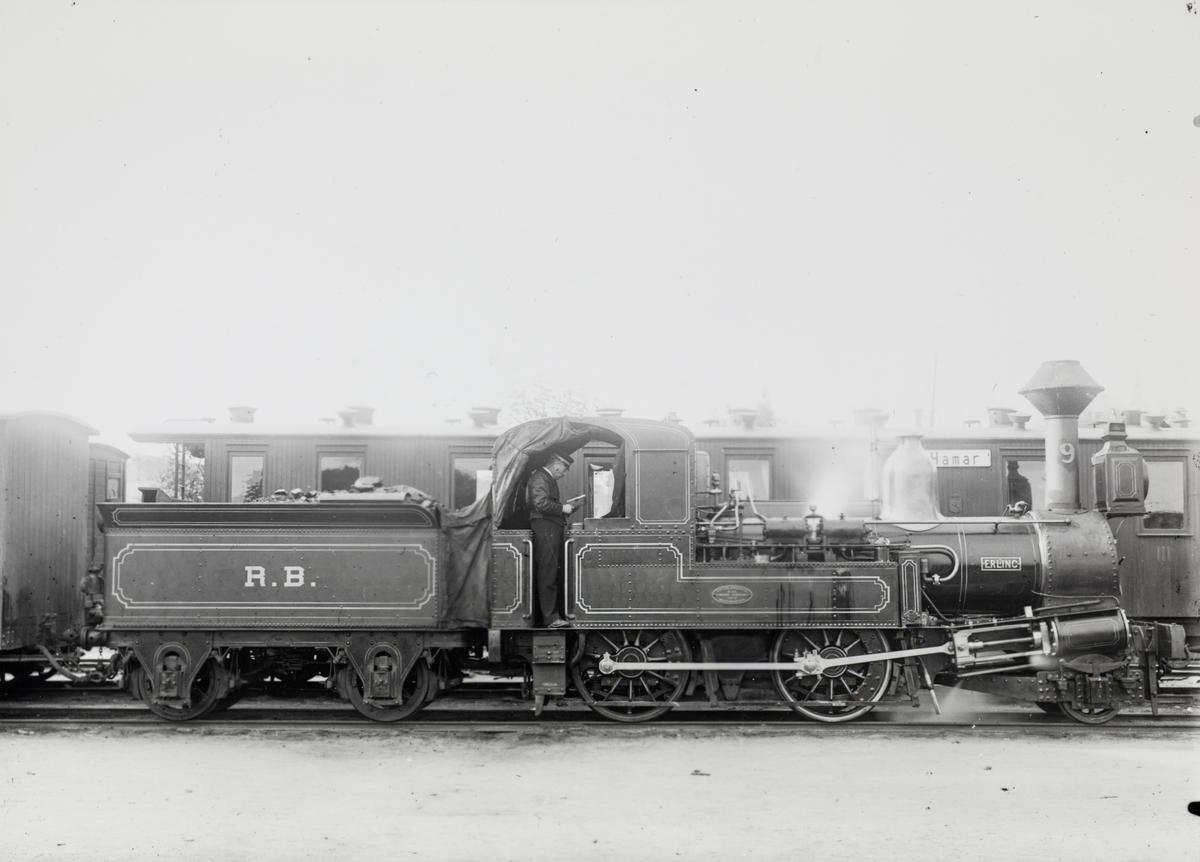 Smalsporet damplokomotiv type IX nr. 9 ERLING. Lokomotivet ble levert til Rørosbanen i 1874.
