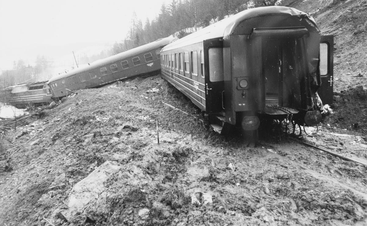 Nattoget fra Trondheim til Bodø, tog 455. har kjørt inn i et ras og sporet av nord for Mo i Rana. Toget ble trukket av  diesellokomotiv type Di 4 nr. 654.