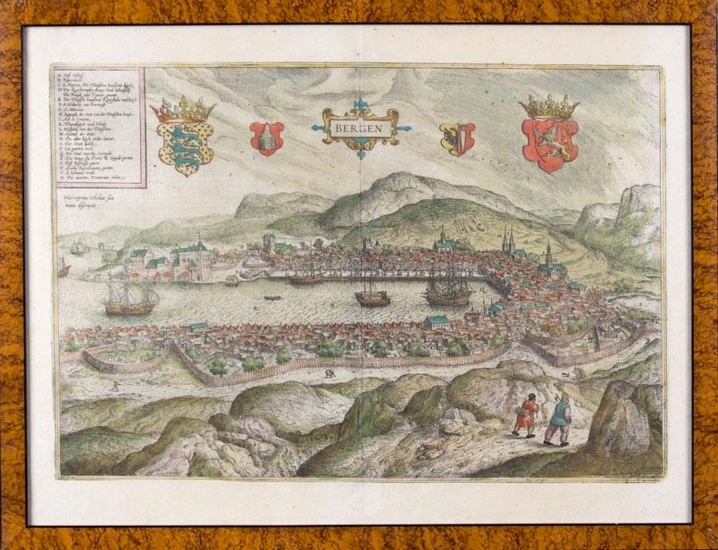 Kobberstikk av BERGEN i Norge fra 1587. Ser byen og Vågen omkranset med fjell samt to personer som går på en sti.