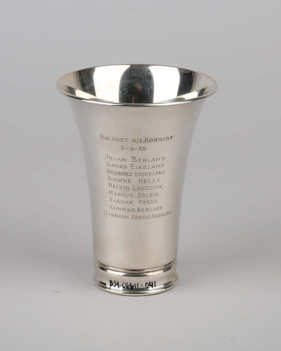Sølvpokal fra Bergens Skipperforening gitt til MS HORDABØ.  På sokkel med emaljert merke i front på pokal.