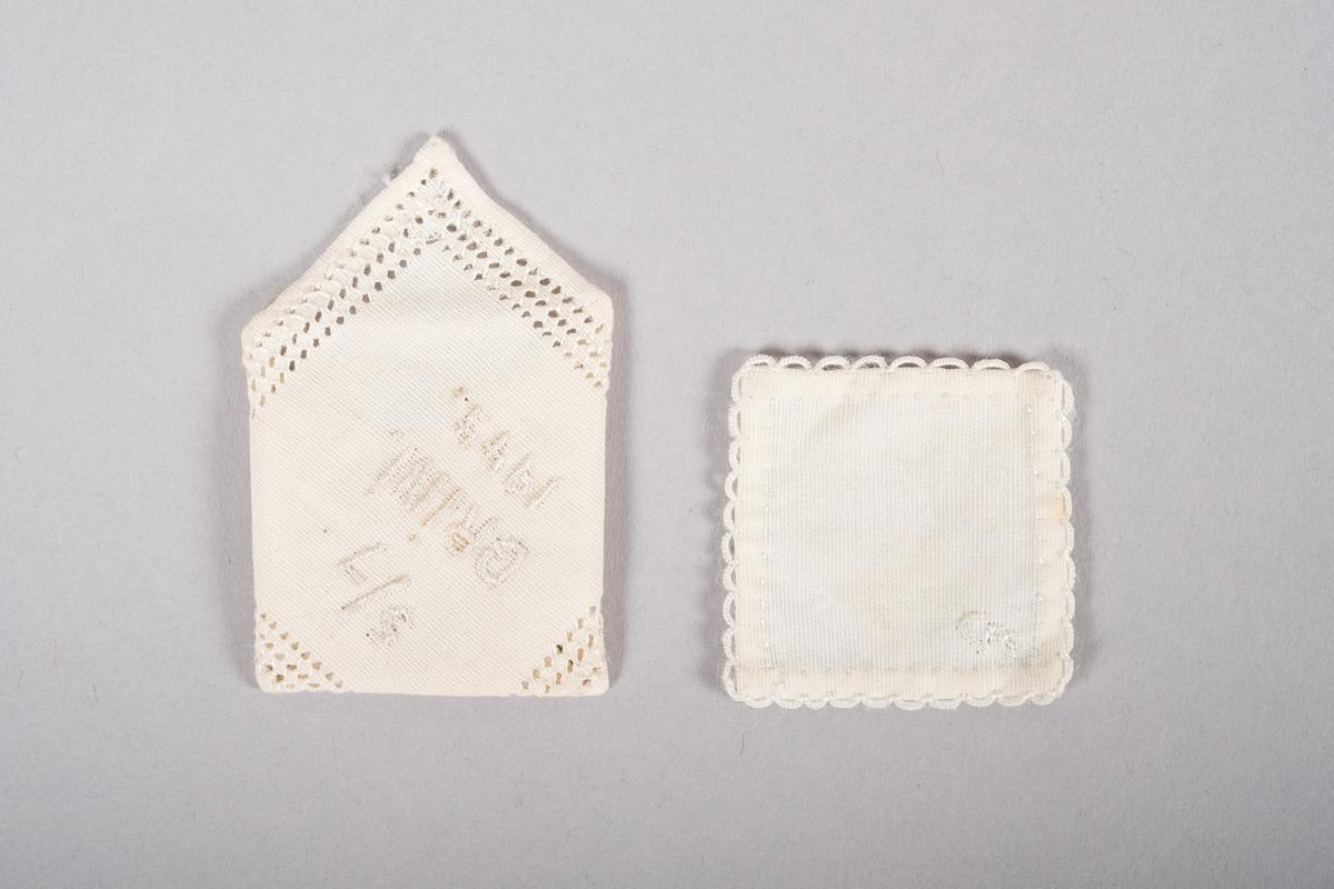 """To små tøybiter sydd som et brev og en konvolutt.  """"Konvolutten"""" er pyntet med hullbroderier og det står brodert: """"5/7 GRiNi. 1944""""  """"Brevet"""" har en heklet kant og et brodert """"G""""."""