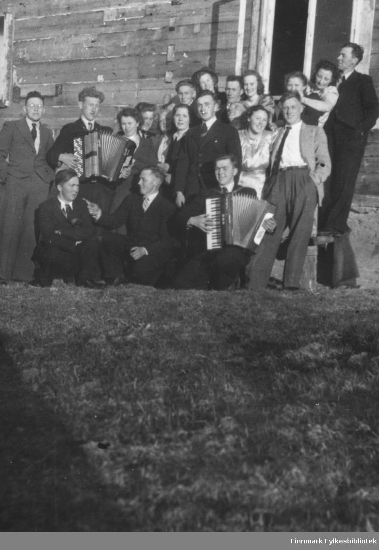 Sommerstemning i Andersby 1948. Familiealbum tilhørende familien Klemetsen. Utlånt av Trygve Klemetsen. Periode: 1930-1960.