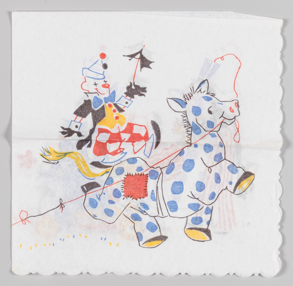 En klovn står på ryggen av to personer som er kledt ut som en hest.