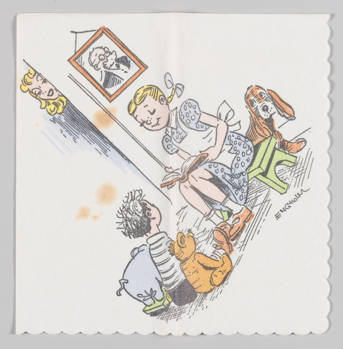 """En scene fra den danske serien """"Far til fire"""". Søster Mie leser høyt for Lille Per og hunden deres. Lille Per sitter mellom en lekeelefant og en bamse  på gulvet. Eldste søster Søs ser på fra bak en vegg og et portrett av onkel Anders smiler fra veggen.  Motivet på servietten er tegnet av;: Johan Peter Kai """"Kaj"""" Harald Engholm (20. maj 1906 i København – 27. juli 1988) var en dansk tegneserietegner, oprindeligt reklame- og plakattegner"""