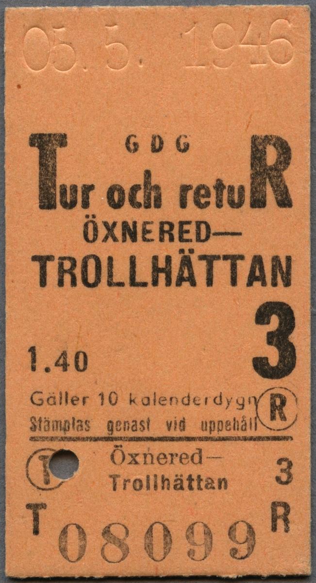 """Edmonsonsk biljett av gulbrun kartong med tryckt text i svart: """"GDG Tur och retuR ÖXNERED-TROLLHÄTTAN 1.40 3 08099 Gäller 10 kalenderdygn Stämplas genast vid uppehåll"""". Det finns en svart, kraftig heldragen linje en bit ner på biljetten, under linjen står sträckan och biljettnumret """"08099"""". R och T står med en cirkel runt bokstäverna. Biljetten har datumet 05.5. 1946 präglat högst upp samt ett hål efter biljettång. Hålet är stansat i T:et.    Historik: Trafikförvaltningen Göteborg-Dalarne-Gävle, Tfv GDG bildades 1919, från tidigare Tfv Göteborg-Stockholm-Gävle, Tfv GSG som bildades redan 1909. Trafikförvaltningen var en sammanslutning för drift och underhåll av järnvägs- och busstrafik. Den var verksam fram till 1947, när samtliga ingående bolag införlivades med Statens Järnvägar, SJ."""