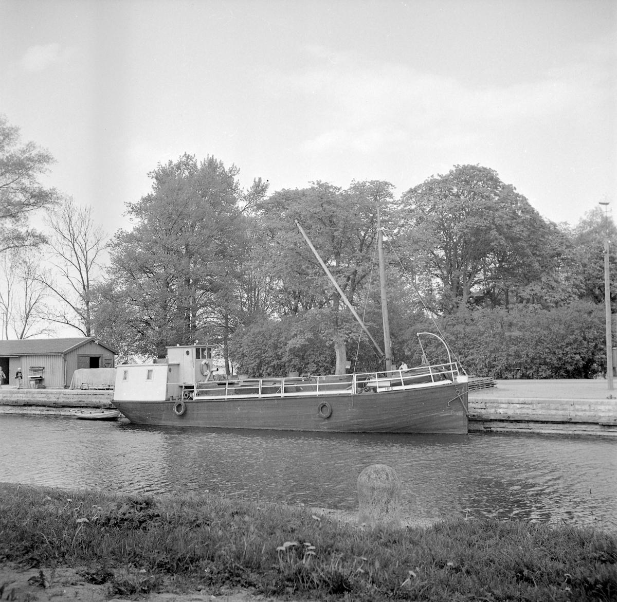 M/f Iris i Vadstena hamn 1949. Samma år hade hon förvärvats av Sven Ivan Holmberg i Örberga för att tjäna som sandsugare i Vättern. Ursprungligen byggdes fartyget i Hägerstad av skeppsbyggmästare Robert Alm och kom att gå på Kinda kanal från sommaren 1922.