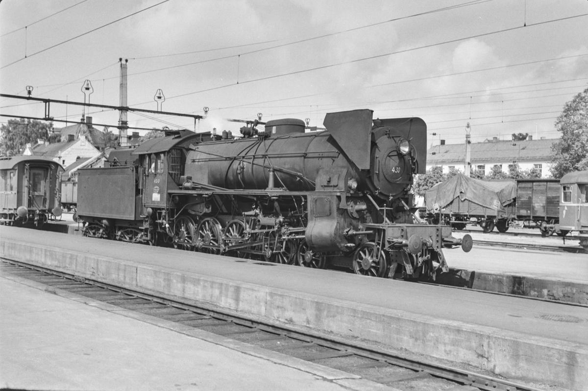 Persontog fra Otta til Oslo Ø, Pt. 308, på Hamar stasjon. Damplokomotiv type 31b nr. 430 kobles fra toget på Hamar. .