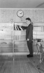Finnmark Landbruksskole, Tana. I lesesalen/biblioteket. Sko