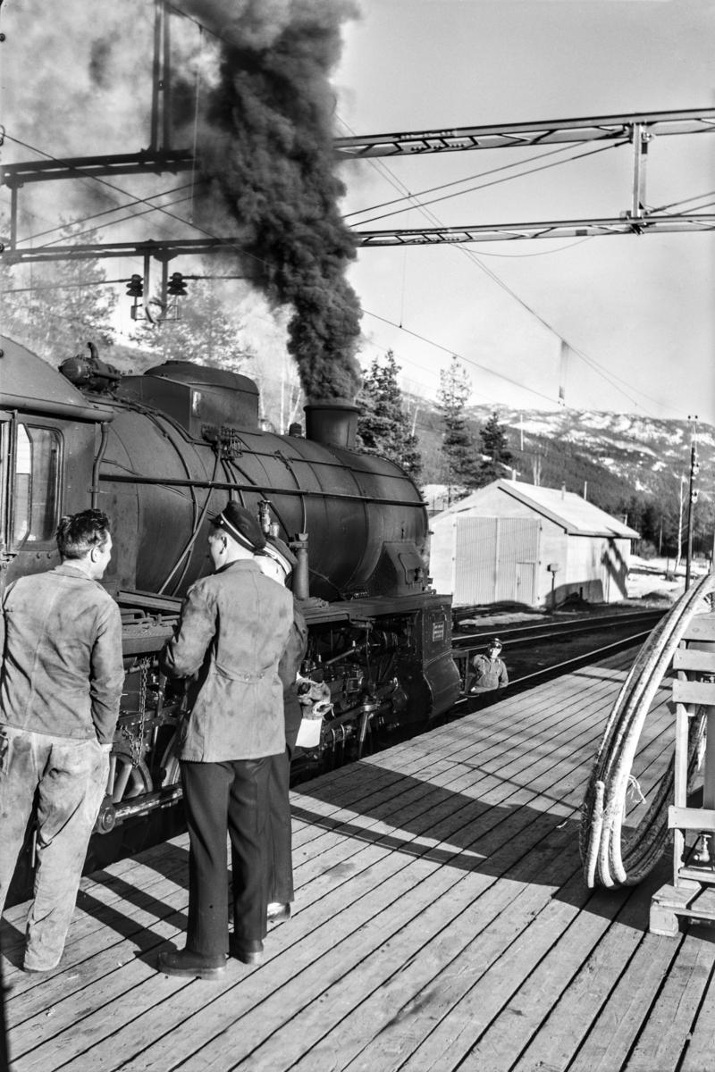 Togpersonalet i godstog 5532 ved damplokomotiv type 31b nr. 449 på Nesbyen stasjon.
