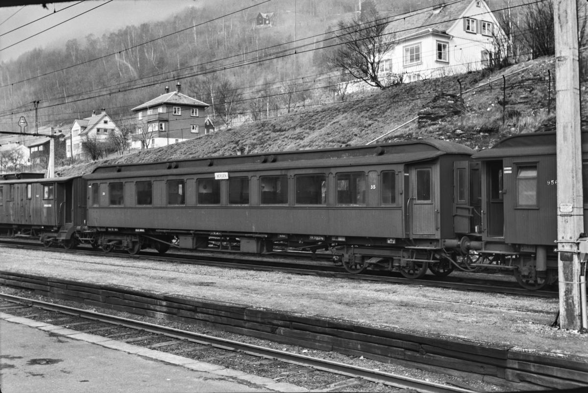Personvogn Bo3b type 7 nr. 35 på Voss stasjon.