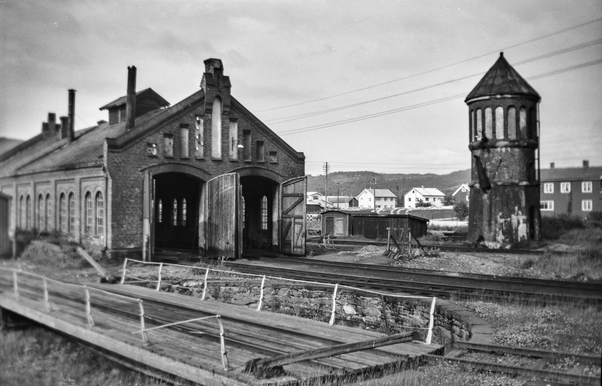 Fra lokomotivstallområdet på Stjørdal stasjon. Vanntårn til venstre, svingskive til høyre.