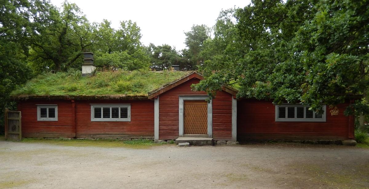 Laxbrostugan på Bergsmansgården är en timrad parstuga med framkammare, uppförd i en våning. Fasaden är målad med röd slamfärg. Byggnaden har ett sadeltak, med tätskikt av näver som täckts med torv. Två tegelmurade skorstenar med gjutna järnhuvar kröner sadeltaket.  Byggnaden är uppförd vid 1600-talets mitt på Laxbro gård i Ljusnarsbergs socken i nordvästra Västmanland. Laxbrostugan flyttades till Skansen 1895.