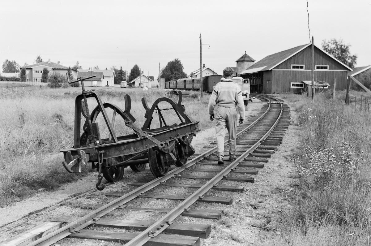Bjørkelangen etter Aurskog-Hølandbanens nedleggelse. Avsporet vagg opprinnelig fra Sulitjelmabanen i forgrunnen, hensatte gods- og personvogner hensatt i bakgrunnen.