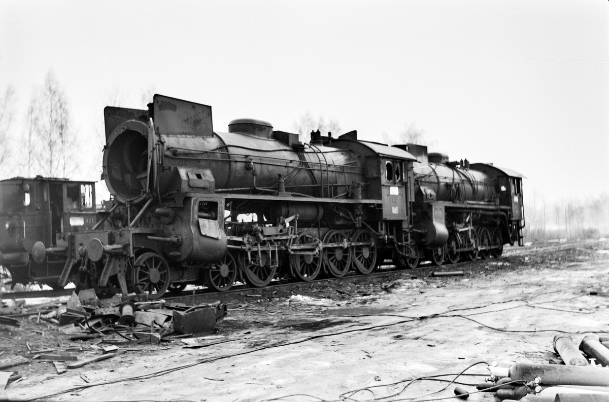 Damplokomotiv type 31b nr. 446 og 427 samt type 25d nr. 421 under opphugging på Grorud verksted.