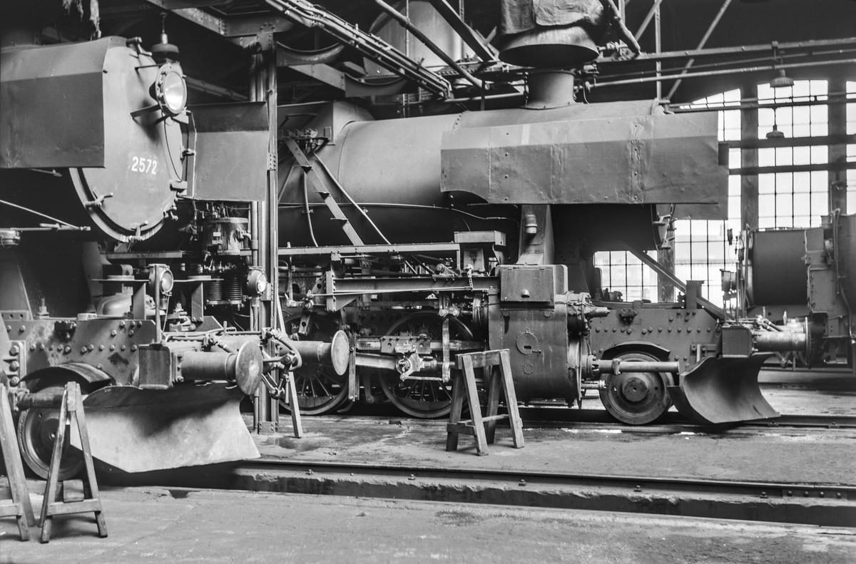 Damplokomotiver i lokomotivstallen på Marienborg. Nærmest type 63a nr. 2572 og 63a 5113.