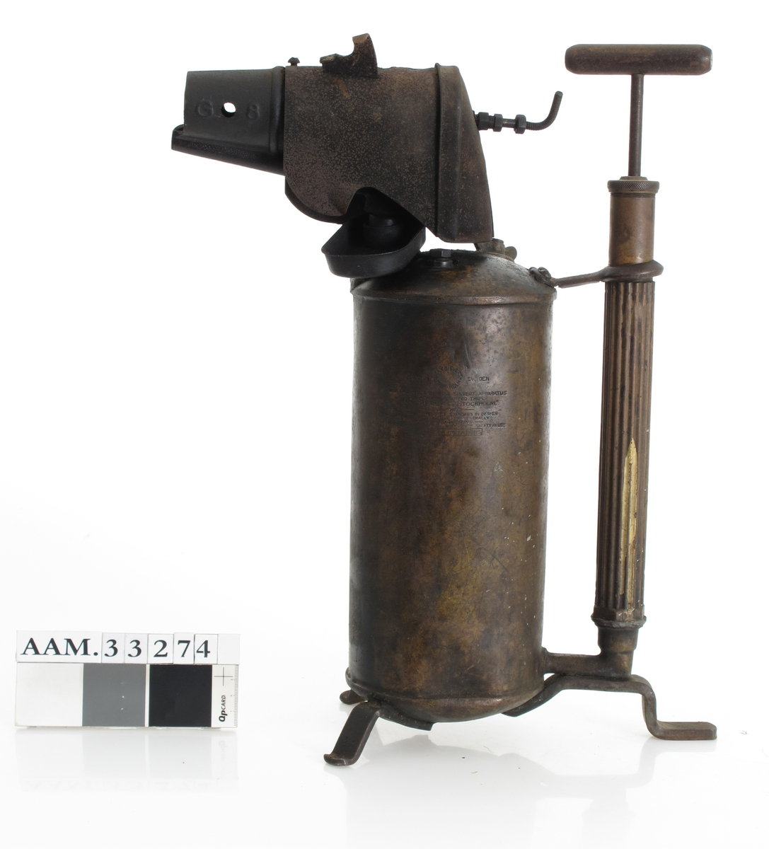 Beholder av messing, med flammerør, pumpe og føtter. Stemplet av produsenten.