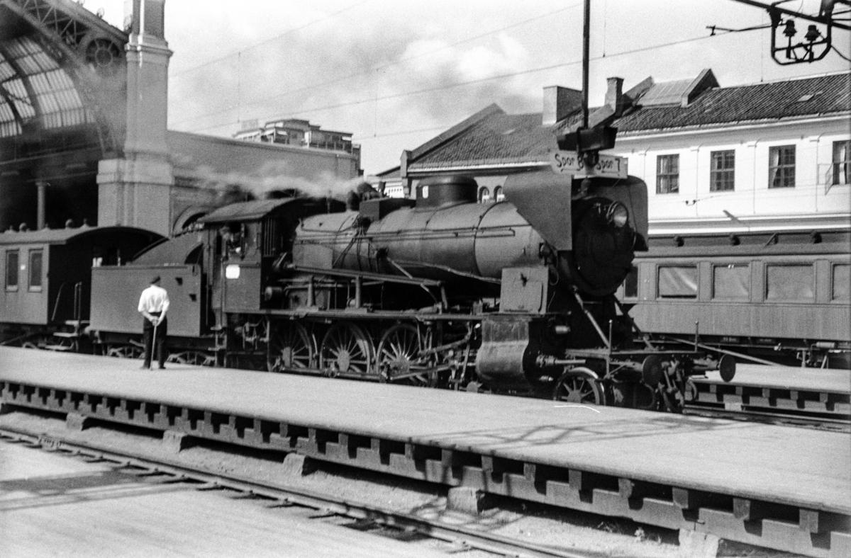 Persontog til Gjørvikbanen på Oslo Østbanestasjon. Toget trekkes av damplokomotiv type 30b nr. 346.